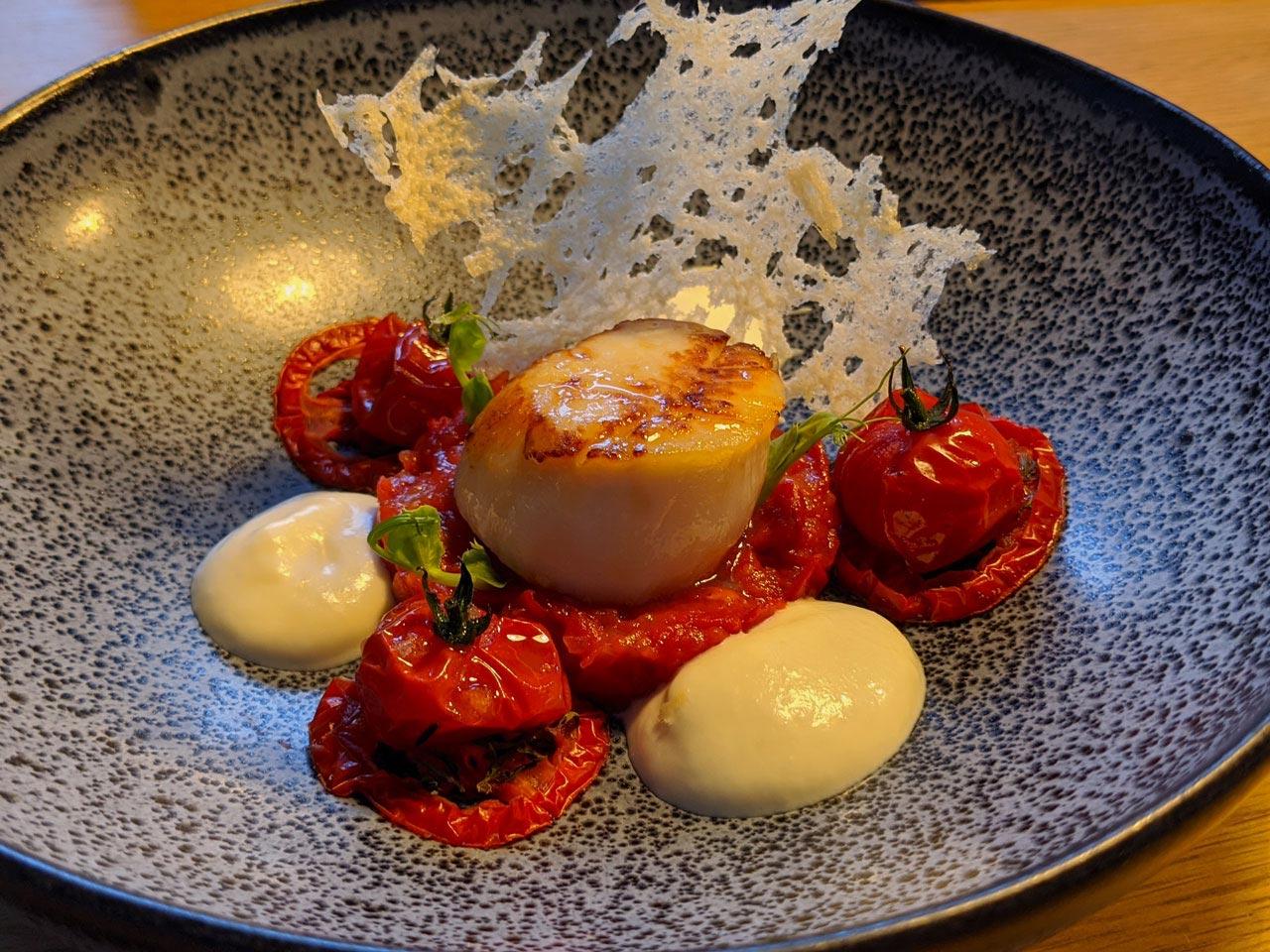 Jakobsmuschel mit zweierlei Tomate und Parmesanschaum
